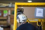 Pracownik podczas jazdy wózkiem widłowym