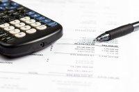 kalkulator i długopis - przybornik ksęgowe